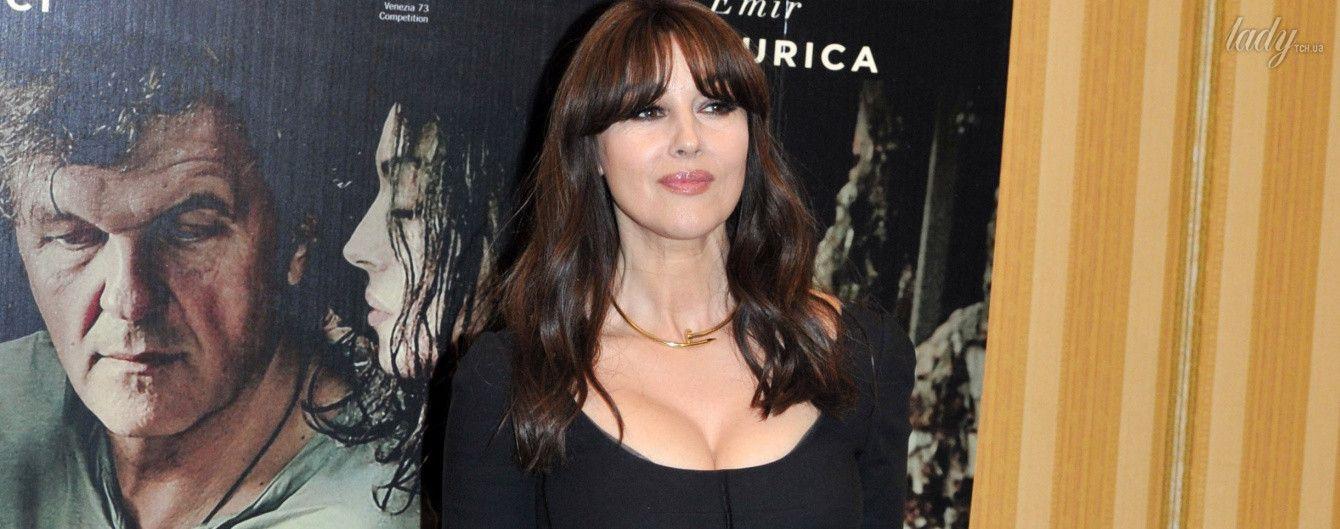 С акцентом на декольте: Моника Беллуччи показала, как в простом черном платье выглядеть сексуально