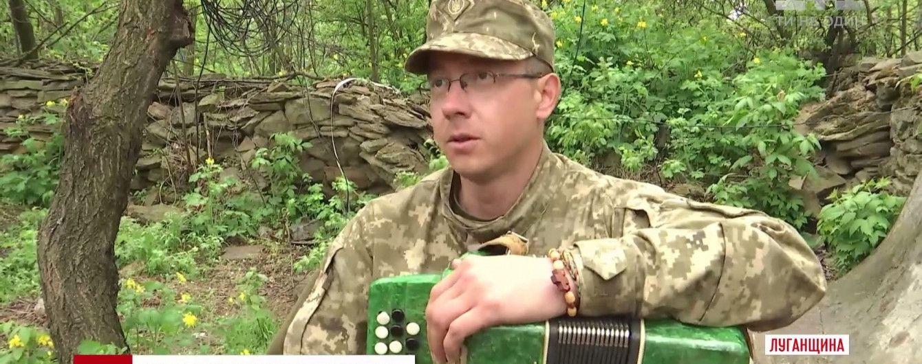 На передовой талантливый боец с баяном спел про Путина и аватаров