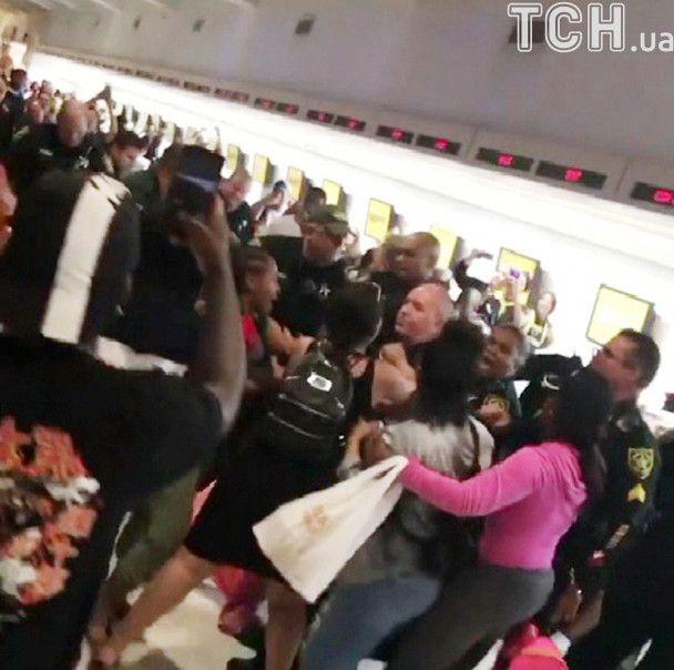 Ломали ограждения и дрались с копами: в аэропорту Флориды пассажиры разозлились из-за отмены рейсов