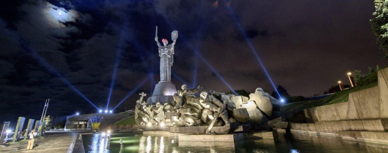 """В Киеве Родину-мать """"переодели"""" в 14 национальных костюмов"""