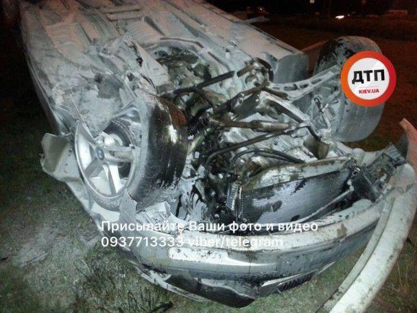 В Киеве на Оболони перевернулся и загорелся BMW