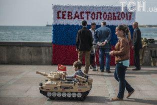 """Діти у формі Червоної армії й """"Тополі"""" на параді. Севастополь на 9 Травня вчадів у мілітаризмі"""