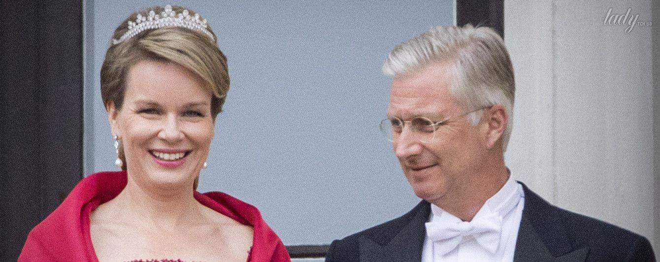 В алом платье и с диадемой: элегантный образ королевы Матильды