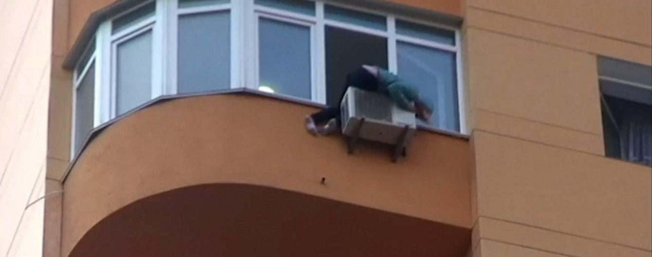В Киеве после неудачной попытки повеситься женщина выпрыгнула в окно