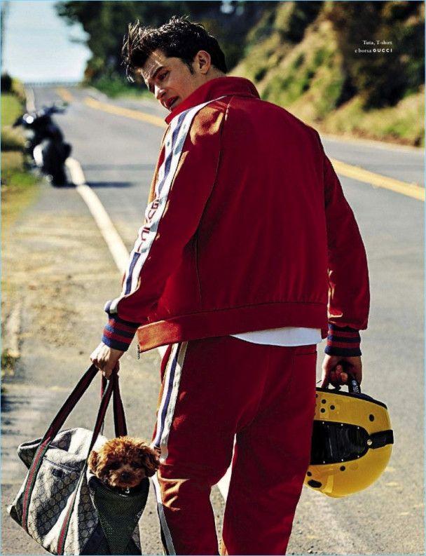 Красавчик Орландо Блум показал обнаженный торс и мышцы и поцеловался с собачкой