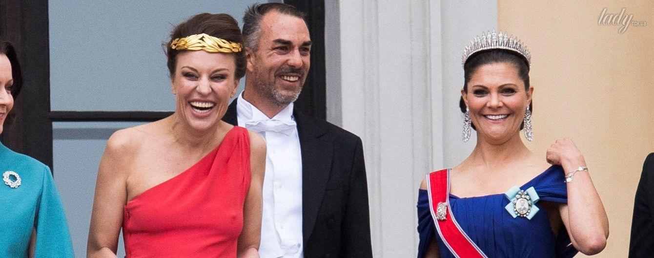 На королевском балконе без белья: родственница короля Норвегии выделилась среди монарших особ