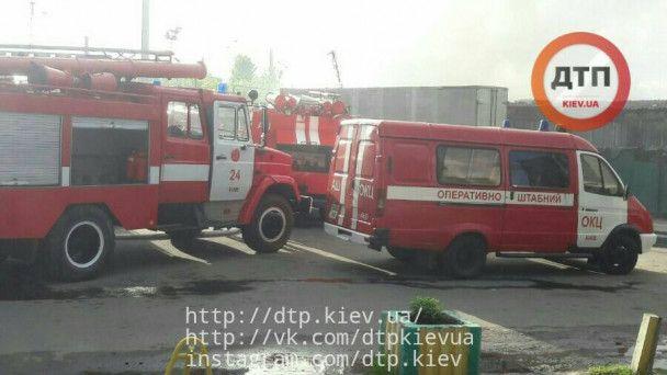 В Киеве горит Дарницкий рынок