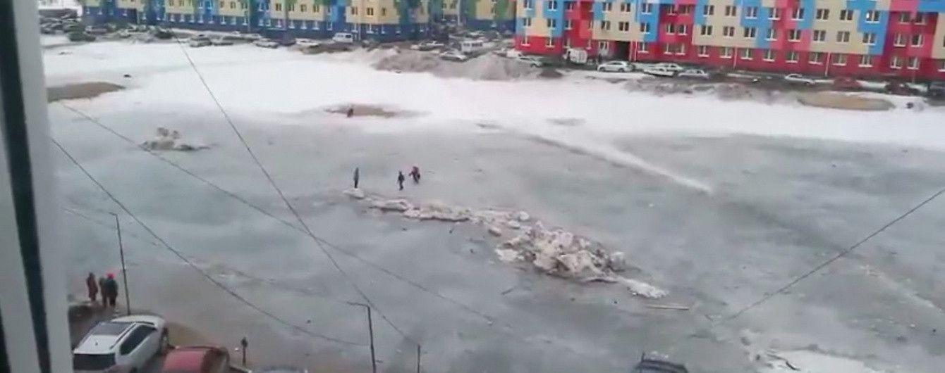 У Росії МНСники врятували дітей, які застрягли на крижаній калюжі посеред двору