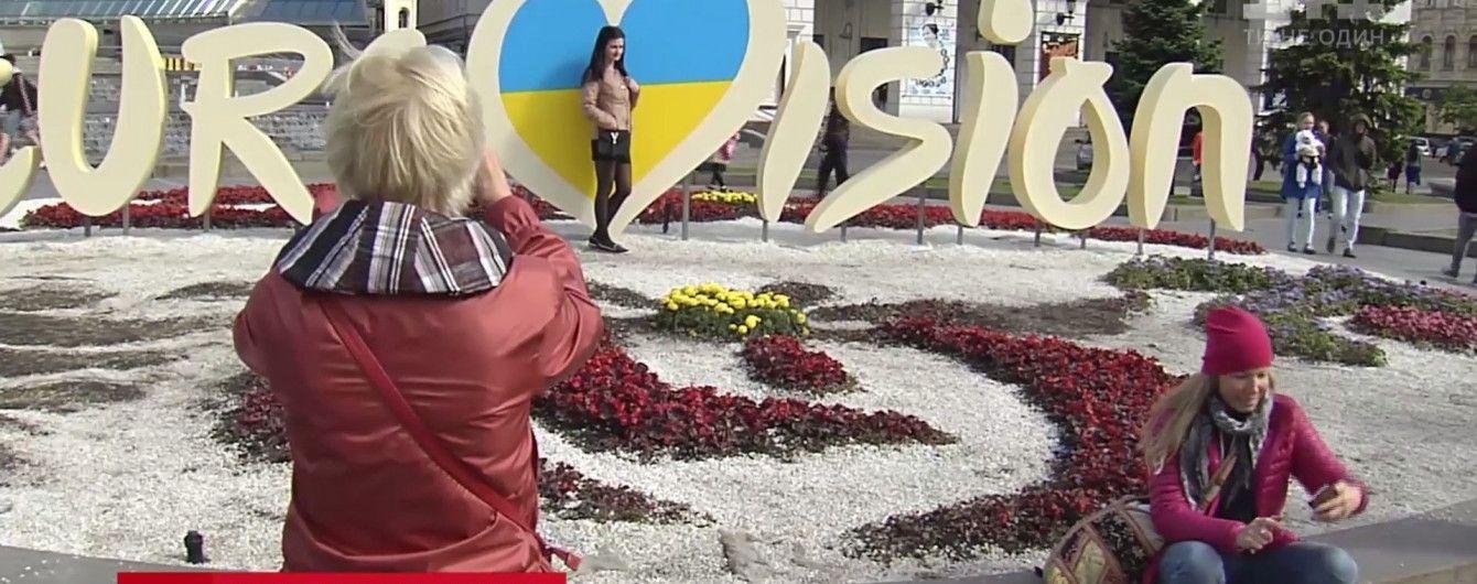 """На Майдане любители селфи вытоптали красивую клумбу к """"Евровидению"""""""
