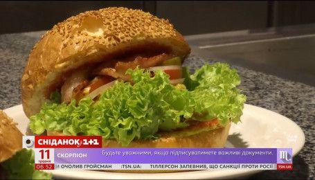 День ненажери: як часто українці дозволяють собі шкідливу їжу