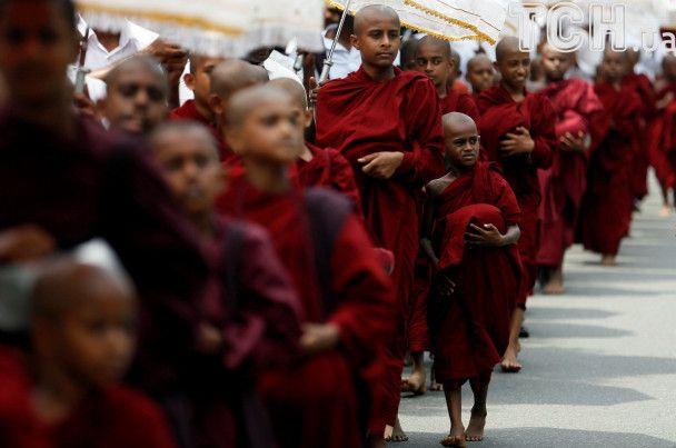 Улицы Шри-Ланки заполонили монахи: в стране фестивалят в честь Будды