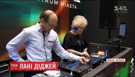В Польше 78-летняя диджейка создает музыку на дискотеках