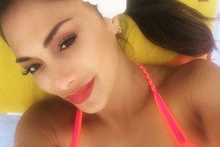 В ярком бикини и с цветком в волосах: Николь Шерзингер отдыхает на Гавайях