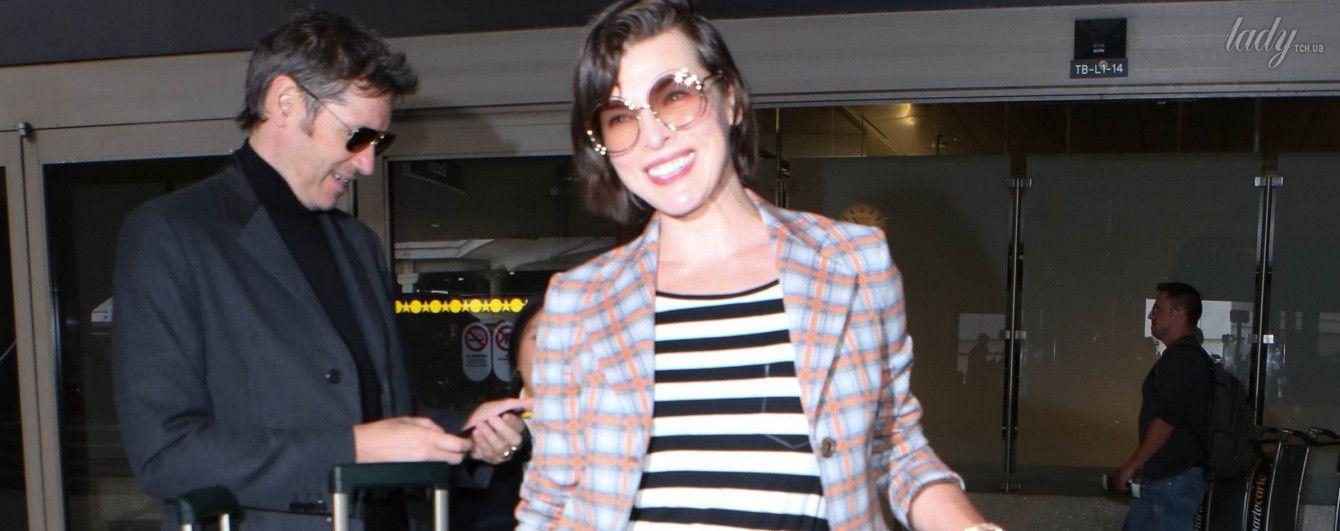 Полоска, клетка и улыбка: Мила Йовович в аэропорту Лос-Анджелеса