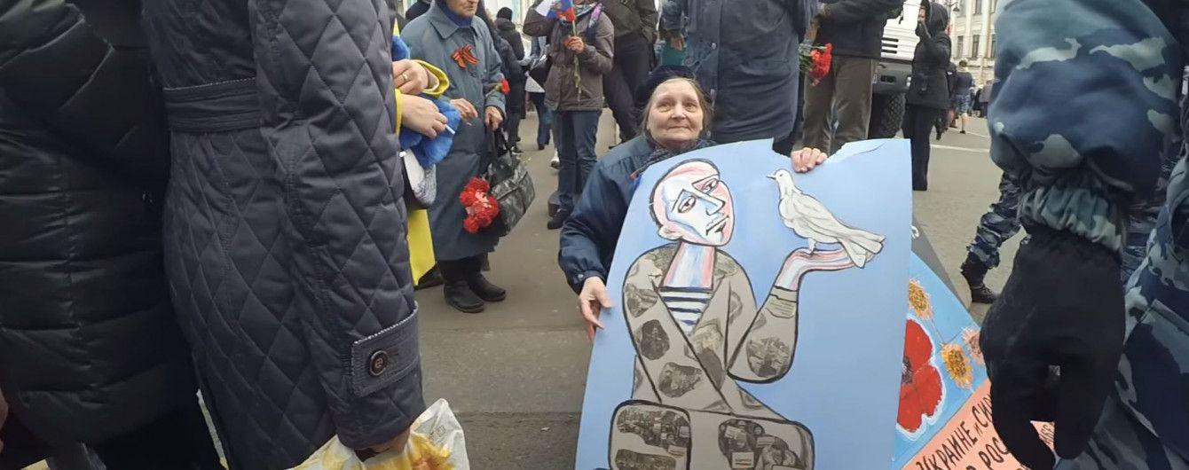 """А давайте ее убьем"". В Петербурге на 9 мая затравили 71-летнюю бабушку за антивоенные плакаты"
