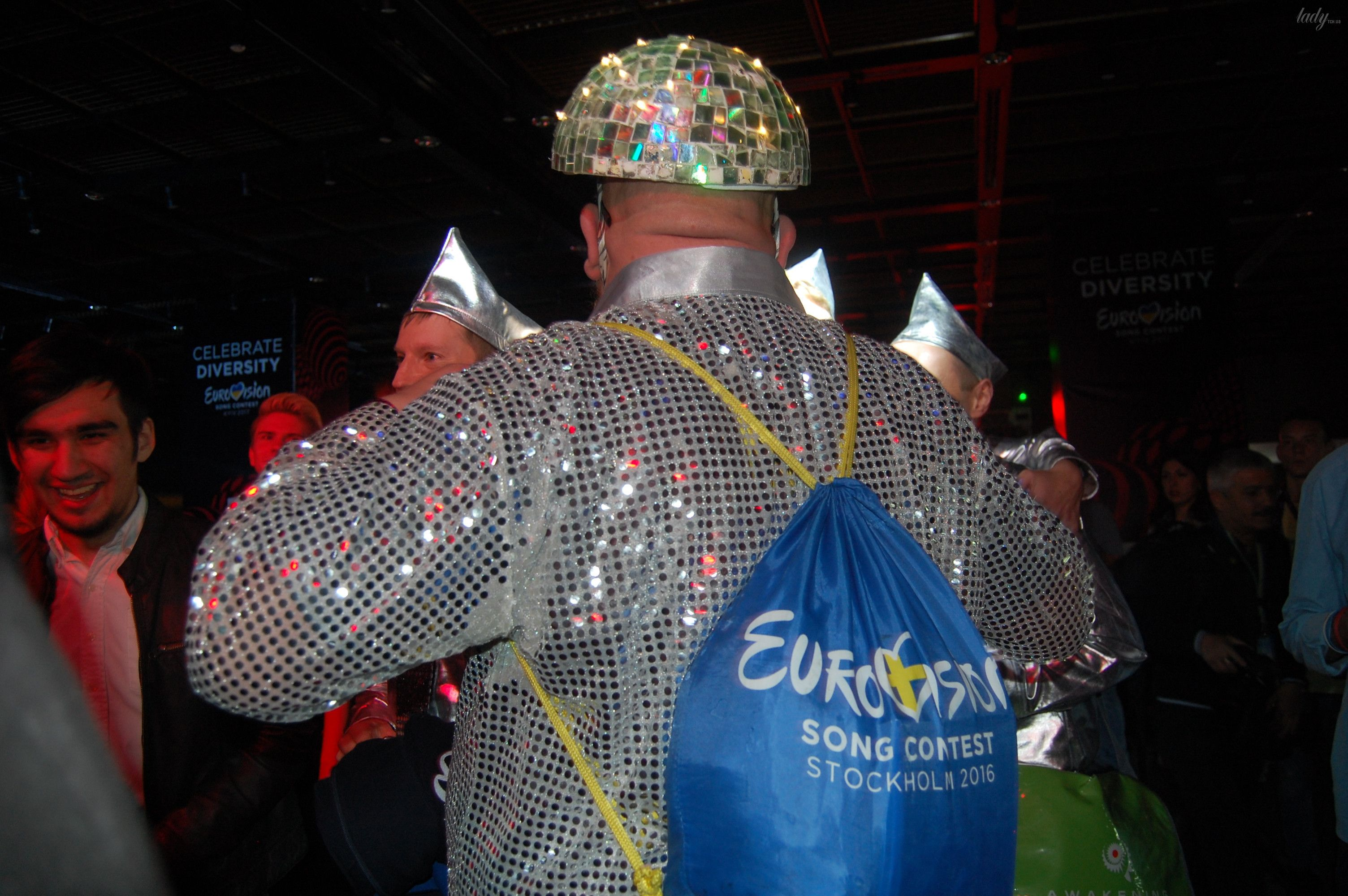 Немецкие фанаты спародировали Верку Сердючку и ее танцоров_5