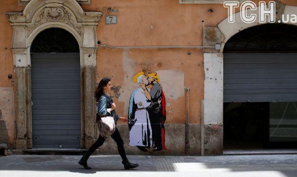 """В Риме появилось граффити, на котором Папа Франциск целуется с Трампом-""""дьяволом"""""""