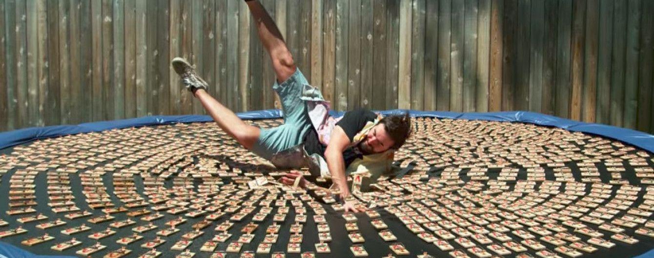 Рискнул здоровьем: британец прыгнул на батут с тысячей мышеловок