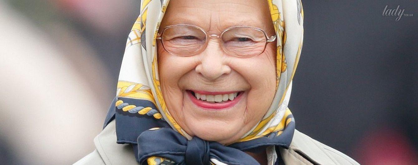 Они великолепны: Елизавета II меняет платочки, а 95-летний принц Филипп правит четверкой лошадей