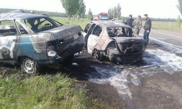 На Донетчине в результате лобового столкновения погибли трое людей, автомобили сгорели дотла