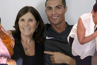 Когда ты – копия мамы. Известные футболисты со своими самыми любимыми женщинами