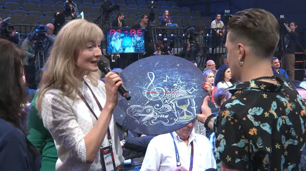 """Подарунок Галичу на прес-конференції """"Євробачення-2017""""_1"""
