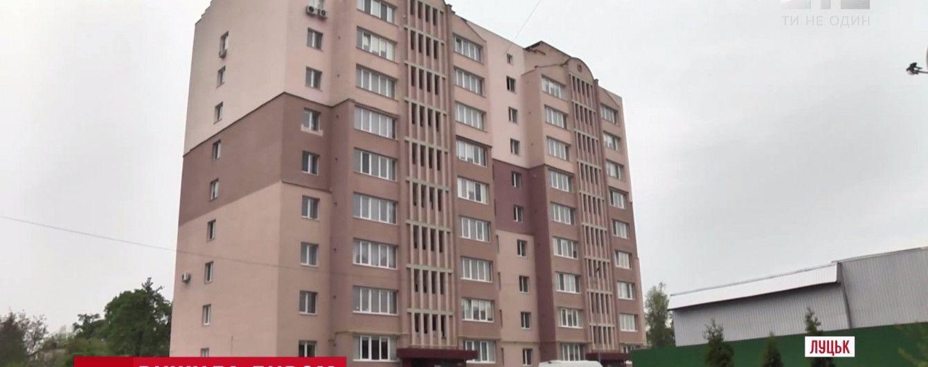 В Луцке женщина выжила после падения с 9-го этажа дома