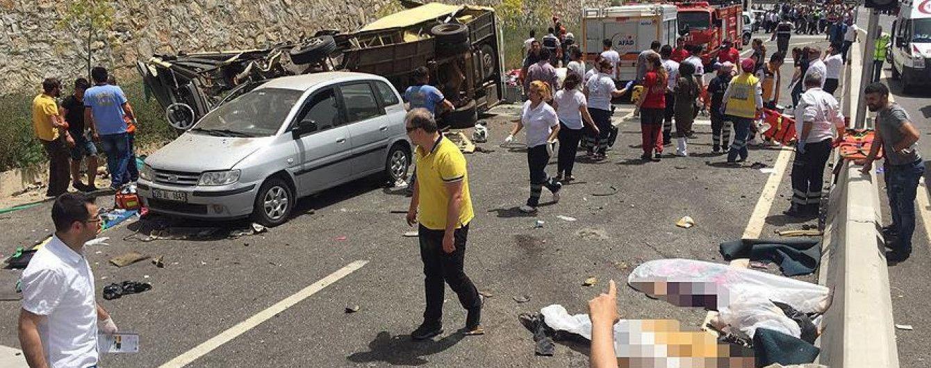 У Туреччині в ДТП з пасажирським автобусом загинули десятки людей