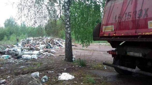 У селі на Київщині виявили дві вантажівки із львівським сміттям
