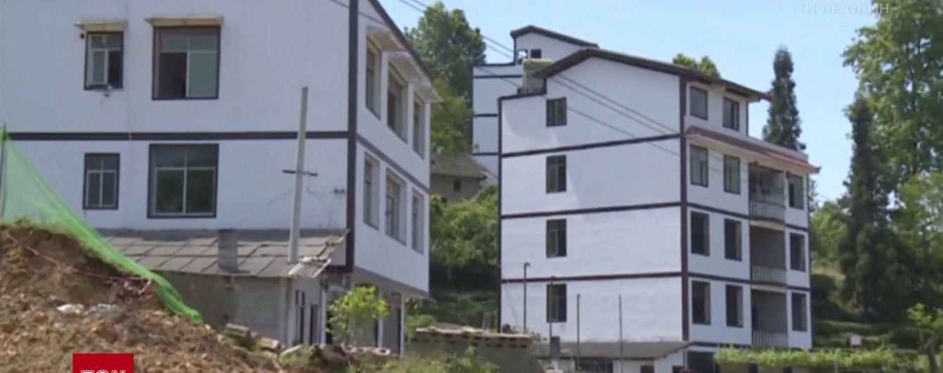 В Китае дома сползли в пропасть на глазах у десятков владельцев