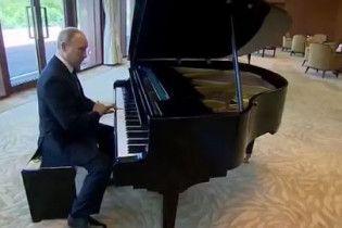 """""""Побачив рояль та зіграв"""". Путін музикував в резиденції глави Китаю"""