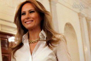 В брючном костюме и с массивным золотым ожерельем: Мелания Трамп на приеме в честь Дня матери