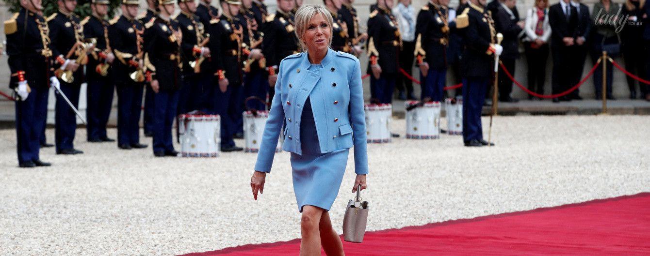 Первая леди Франции пришла на инаугурацию мужа в стильном костюме от Louis Vuitton