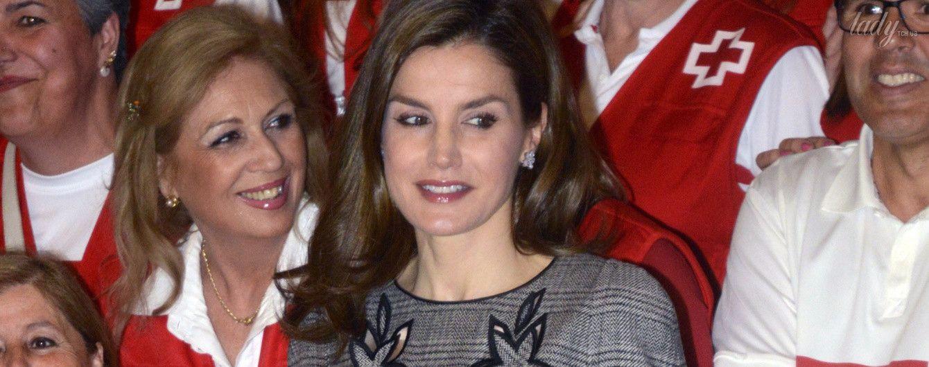 В миниатюрном платье и светлых лодочках: королева Летиция на праздничном мероприятии