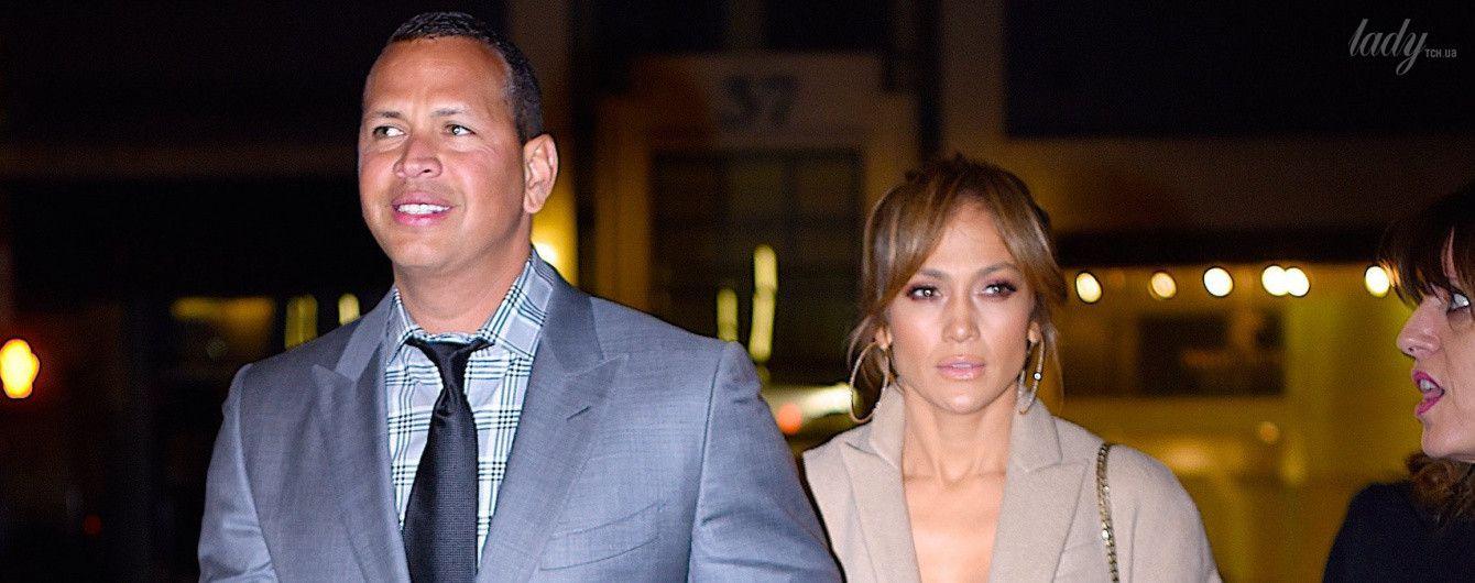 Выглядит великолепно: Дженнифер Лопес попала в объективы папарацци в прозрачном платье и с бойфрендом