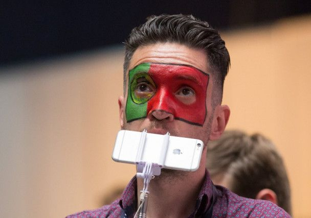"""Зажигательные австралийки и грустные итальянцы. Фотографы выхватили эмоции фанов """"Евровидения"""""""