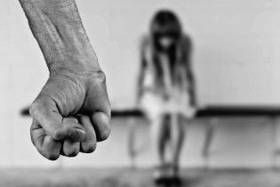 На Ивано-Франковщине посреди белого дня на улице изнасиловали 11-летнюю девочку
