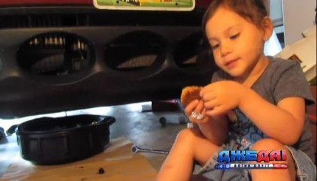 Трехлетняя девочка удивляет своими недетскими умениями ремонта авто
