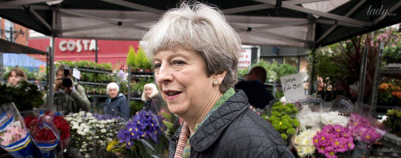 В стеганой куртке и с очень ярким браслетом: Тереза Мэй побывала на рынке