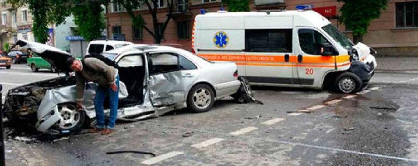 В Тернополе машина скорой помощи столкнулась с Mercedes-Benz