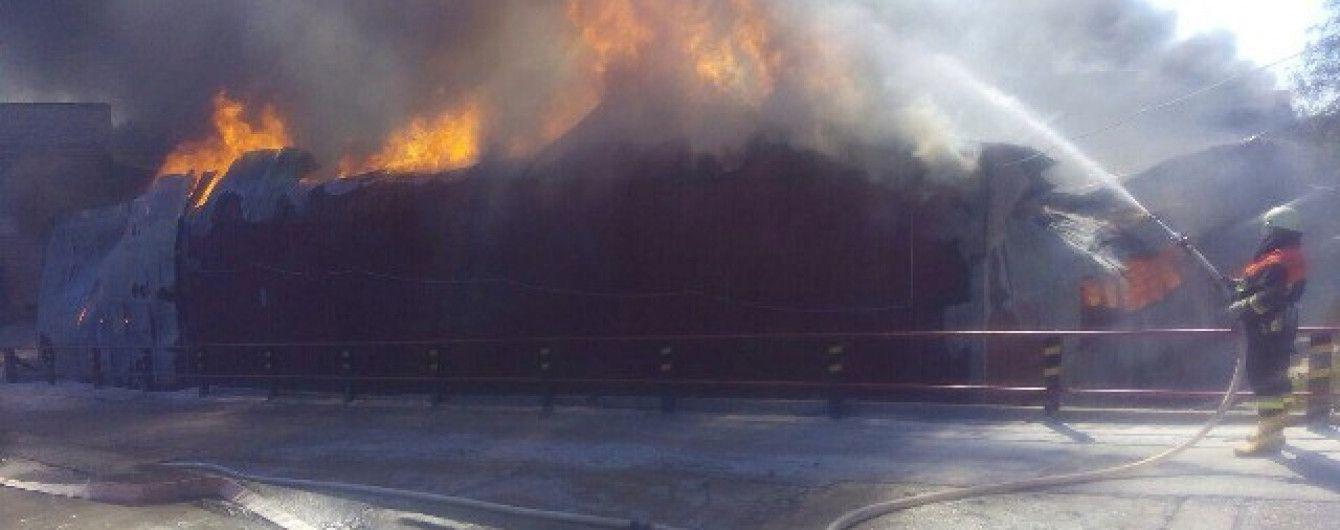 Пожежа спопелила майже квадратний кілометр суконної фабрики під Києвом