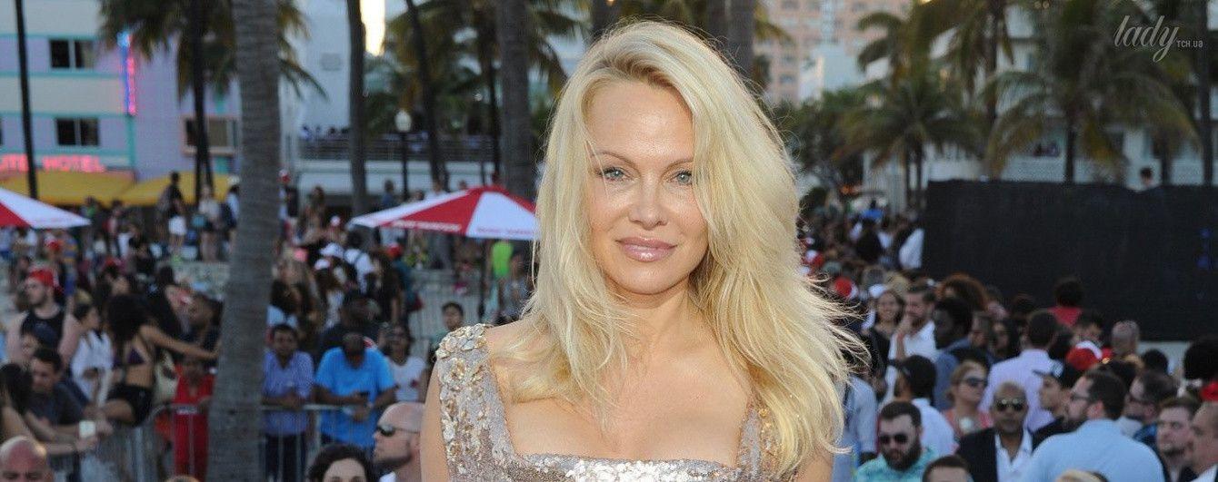 Памела Андерсон подчеркнула сексуальную фигуру блестящим платьем