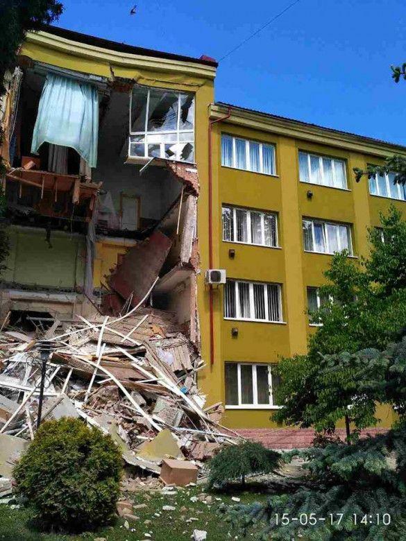 Обвалення стіни колджу в Коломиї _1