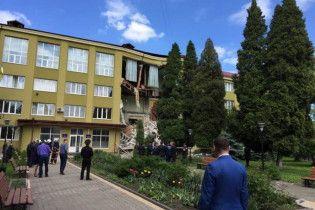 Появилось видео с моментом обрушения фасада колледжа в Коломые