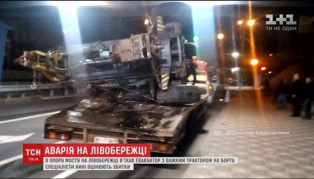 В опору моста возле метро Левобережная въехал эвакуатор с трактором