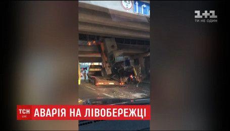 На Левобережной эвакуатор не рассчитал габаритную высоту и повредил мост метро