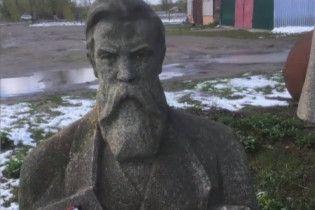 Пам'ятник Енгельсу переїжджає з колгоспу на Харківщині до англійського Манчестера