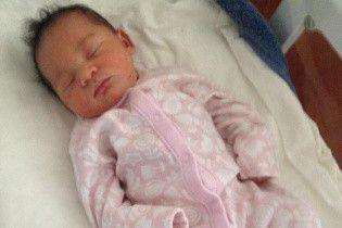 Семь тысяч долларов за новорождённую: в Запорожье задержали родителей на продаже собственной дочери