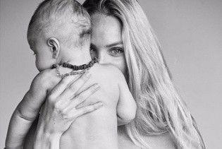 В белой простыне и с сыном на руках: Кэндис Свэйнпоул снялась в новом фотосете