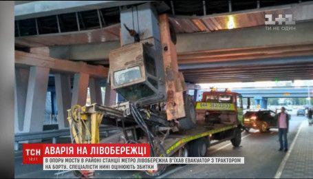 В опору моста в районе метро Левобережная въехал эвакуатор с трактором на борту